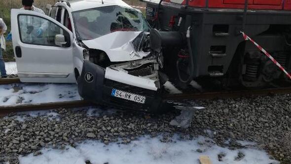 Batmanda trenle ticari araç çarpıştı: 2 yaralı
