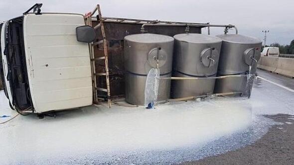 Devrilen tankerdeki süt yola döküldü