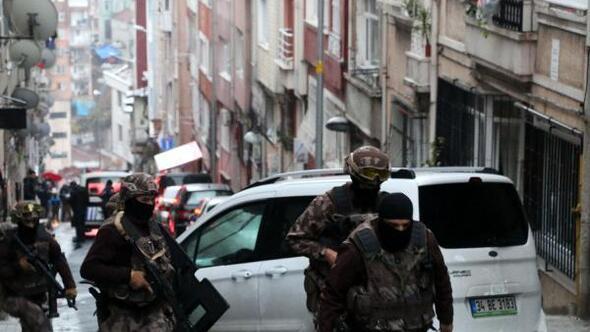 (Fotoğraf ek//Şişlide hareketlilik: Özel harekat polisi, şüpheli kişiyi gözaltına aldı