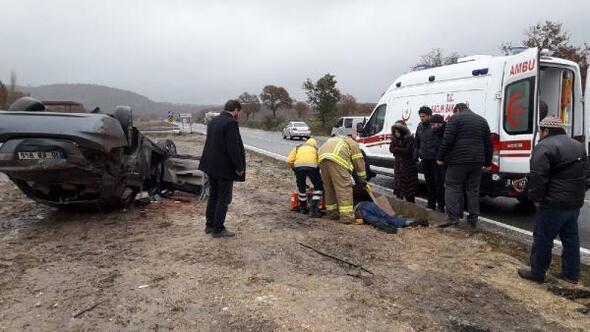 Takla atan otomobil devrildi; sürücü öldü, eşi ve akrabaları yaralı