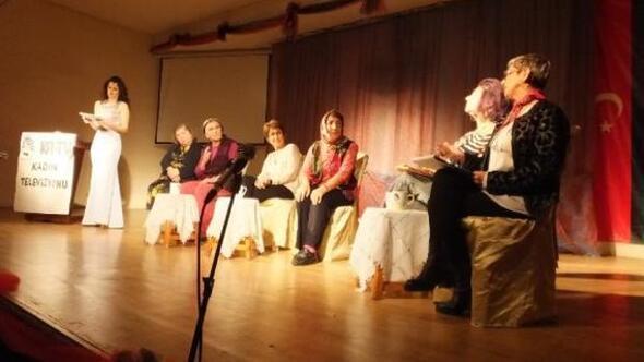 Burhaniye'de Kadın TV adlı oyun sahnelendi