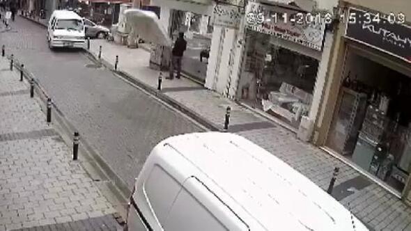Fırtına nedeniyle balkondan uçan yatak, sokakta yürüyen kişinin önüne düştü