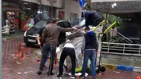 Emniyet müdürü, yere saçılan atık kağıtların toplanmasına yardım etti