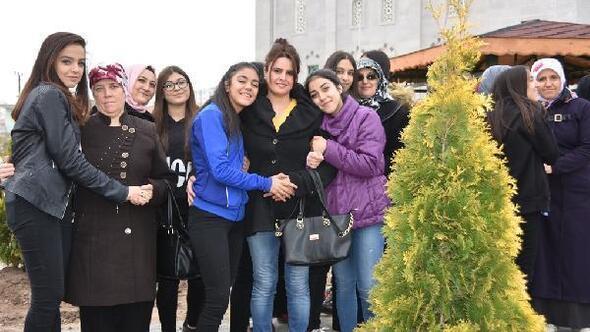 Kocasinanda anne ve kızları ağaç dikti