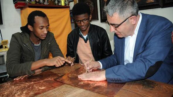 Afrikalı öğrenciler, Sivasta kabartma sanatını öğreniyor