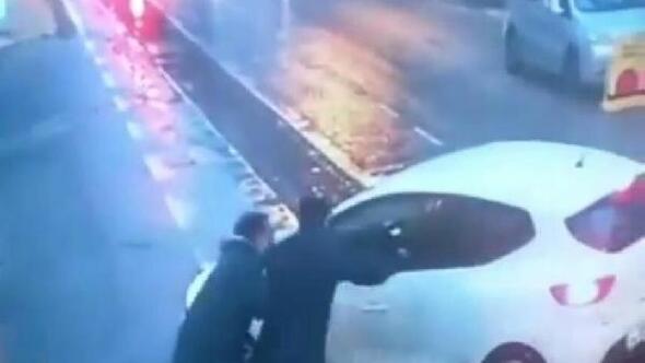 Motosikletli, kaza sonrası sürücüye kızıp otomobilini yumrukladı