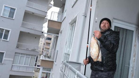 Edirnede oltayla ekmek alan apartman sakini: Aklıma çaresizlikten geldi