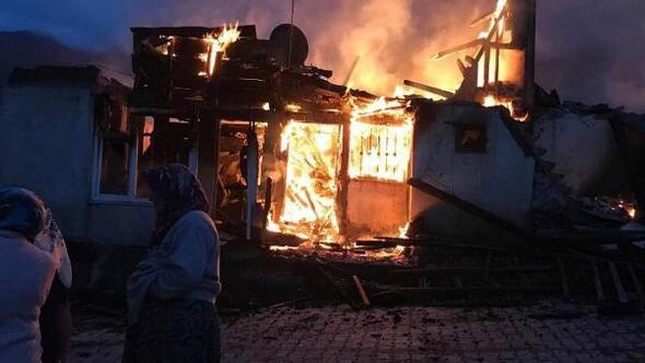 Sivasta alevlerin sıçradığı 8 ev yandı