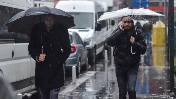 Fotoğraflar// İstanbulda şiddetli rüzgar ve yağmur vatandaşlara zor anlar yaşattı