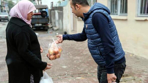 Buca'da belediye, soğan dağıttı