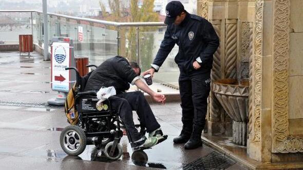 Tekerlekli sandalyedeki engelli, polisin yardımıyla abdest aldı