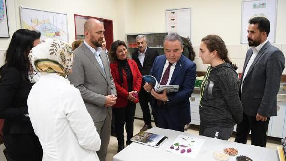 Başkan Böcekten köy okullarına destek