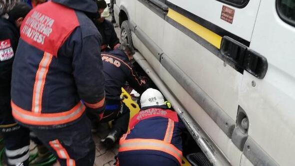 Minibüsün altında kalan kadını itfaiye kurtardı