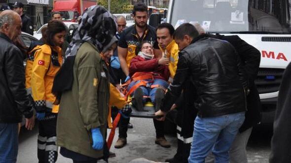 Yolun karşısına geçerken, kaza yapan otomobillerin arasında kalarak yaralandı