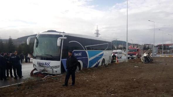 Otomobile yolcu otobüsü çarptı: 1 ölü, 3 yaralı