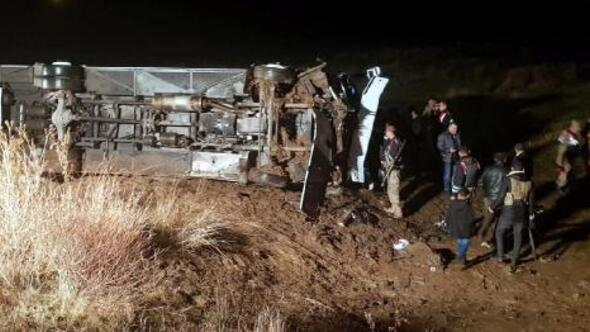 Ağrıda yolcu otobüsü şarampole devrildi: 19 yaralı