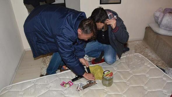 Kütahyada uyuşturucu ve silah operasyonu: 2 gözaltı
