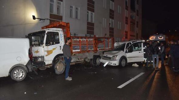 Hafif ticari araç, park halindeki araçlara çarptı: 1 ölü, 1 yaralı
