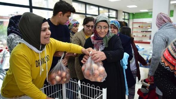 Dost Marketten yararlanan ailelere bedava soğan dağıtıldı