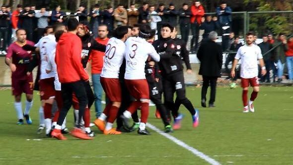 Amatör maçta futbolcular yumruk yumruğa kavga etti, 5 kırmızı kart çıktı