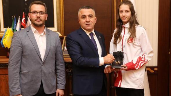Vali Bilgin, Avrupa ikincisi Çakal'ı ödüllendirdi