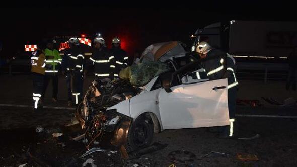 Kamyona çarpan otomobilde baba öldü, anne ile oğlu yaralı