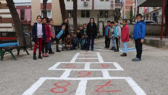Çocuklar, eski sokak oyunlarını okulda öğreniyor