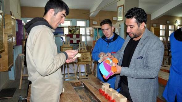 Lise öğrencileri, plastiğe hayır diyerek ahşap oyuncaklar yaptı