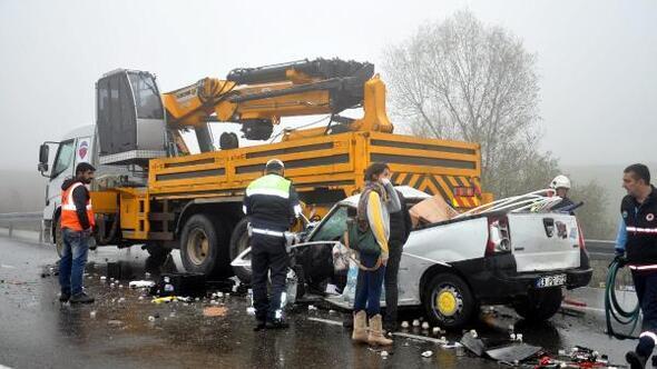 Hafif ticari araç, üzerinde vinç olan kamyona çarptı: 1 ölü, 1 yaralı