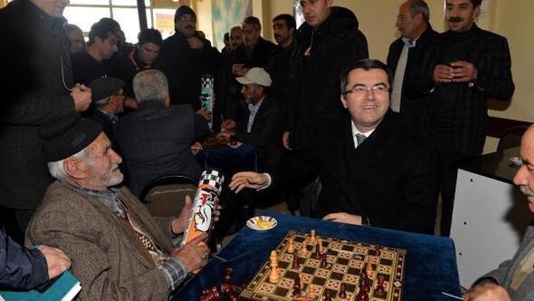 Erzurum Haberleri - Vali Memiş, kahvede satranç oynayanları izledi - Merkez  Haberleri