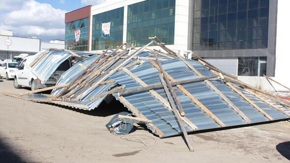 Şiddetli rüzgâr çatıyı söktü