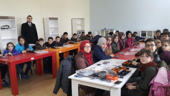 Öğrencilere robotik kodlama eğitimi
