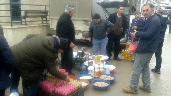 Keles'li çifçiler ürettikleri ürünleri pazarda satıyor