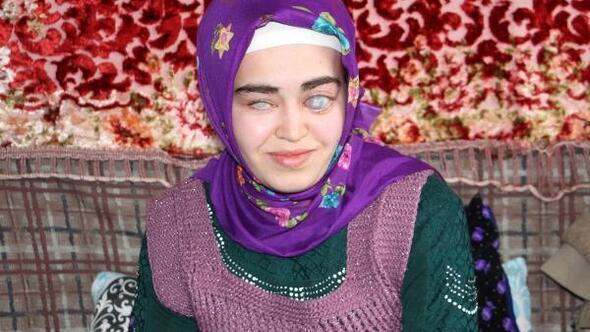 Görme engelli Elif, babasının kartondan yaptığı harflerle okuma yazmayı öğrendi