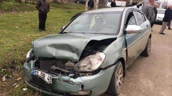 Dur ihtarına uymayan otomobilin sürücüsü jandarma aracına çarptı