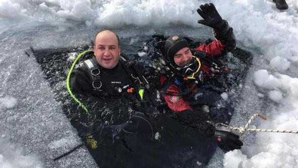 Buzu kırıp göle daldılar
