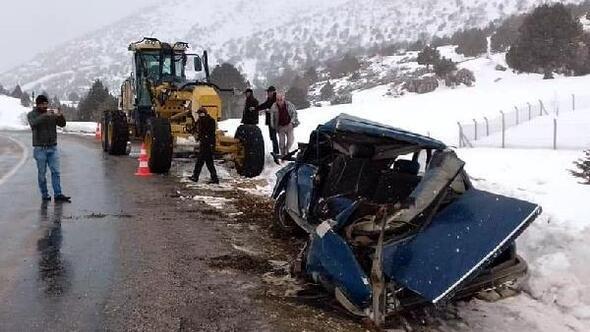 Kar temizleyen greyder ile otomobil çarpıştı: 1 yaralı