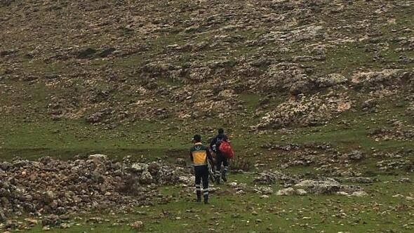 Yaralı çobanı 6 kilometre sedye ile taşıdılar