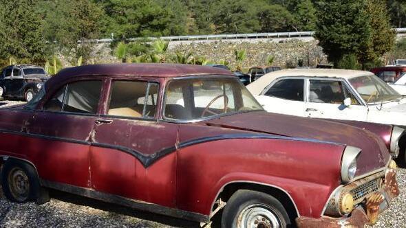 Zeki Mürenin kullandığı klasik otomobilin yenilenmesi yarıda kaldı