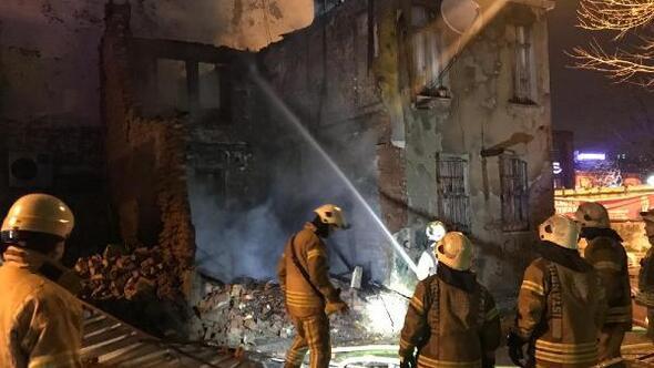 Eyüpsultanda çatı yanarken arkadaki binada çökme oldu
