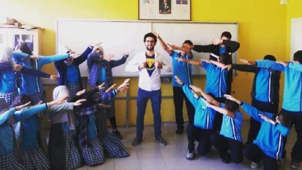 Çocuklara eğlendirerek İngilizce öğretiyor