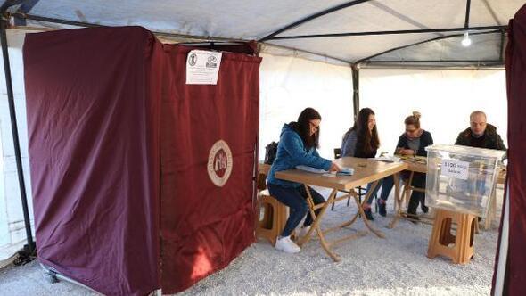 Depremzedeler oylarını çadırlarda kullanıyor