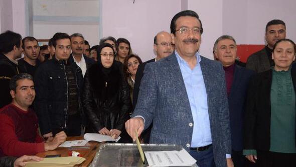 Cumhur İttifakının Diyarbakır adayı Cumali Atilla, oyunu kullandı