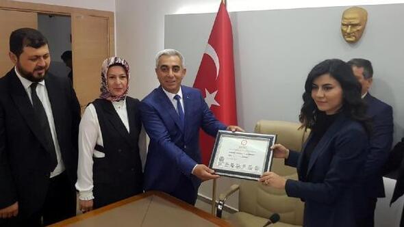 Dalamanda AK Partili Karakuş, mazbatasını alıp, görevine başladı