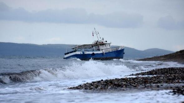 Tekne karaya oturdu, araziye dağılan kaçaklar tek tek yakalandı
