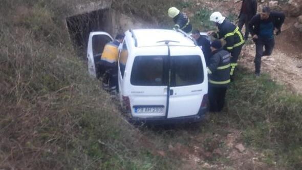 Hafif ticari araç şarampole yuvarlandı: 2si çocuk 5 yaralı
