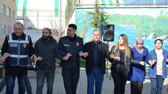 Adilcevaz'da yurtta kavga ihbarına giden polislere kutlama