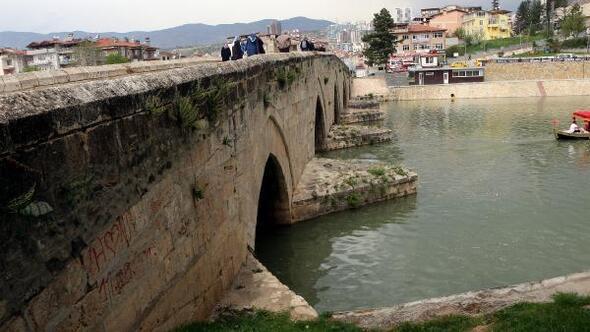 Tokat Haberleri - Tarihi köprüdeki sprey boyalı yazılar tepki çekti - Yerel Haberler