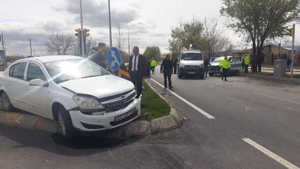 Ekip aracı ile otomobil çarpıştı: 2si polis 3 yaralı