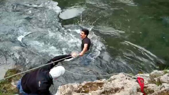 Soğuk ve tehlikeli sulara girip, hayalet oltaları topladılar